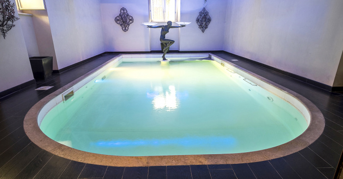 Houses with swimming pools and spas for sale in Italy ...
