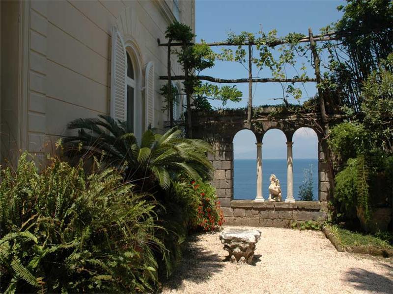 Case da sogno da una terrazza romana sul golfo di for Case in vendita sorrento