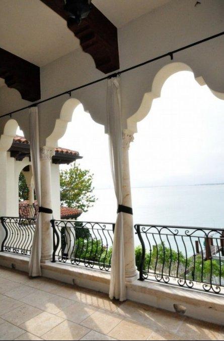 Case dei vip ricky martin vende la sua villa di miami for Caminetti in stile spiaggia