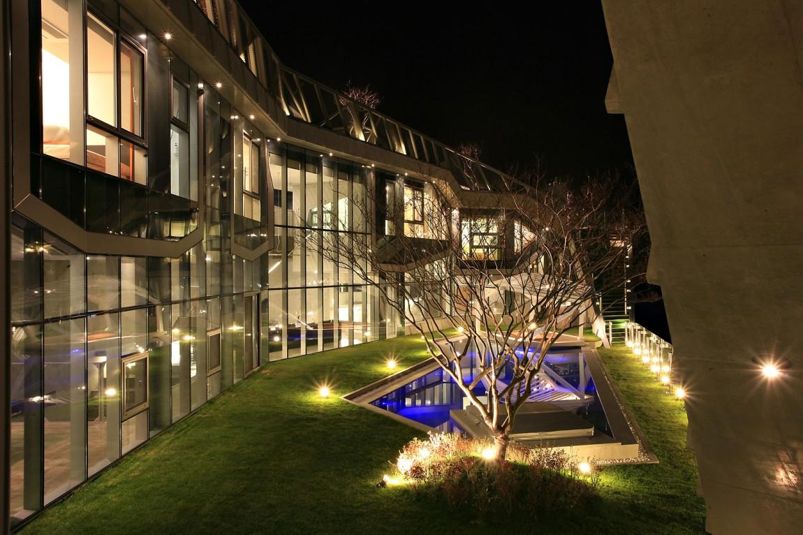 Casa da sogno villa futuristica sulla riva di un fiume for Piani casa sulla riva