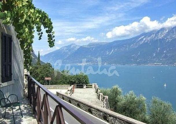 Casa del week end sul pendio di una collina con vista sul for Disegni casa sul lago con vista sul lago