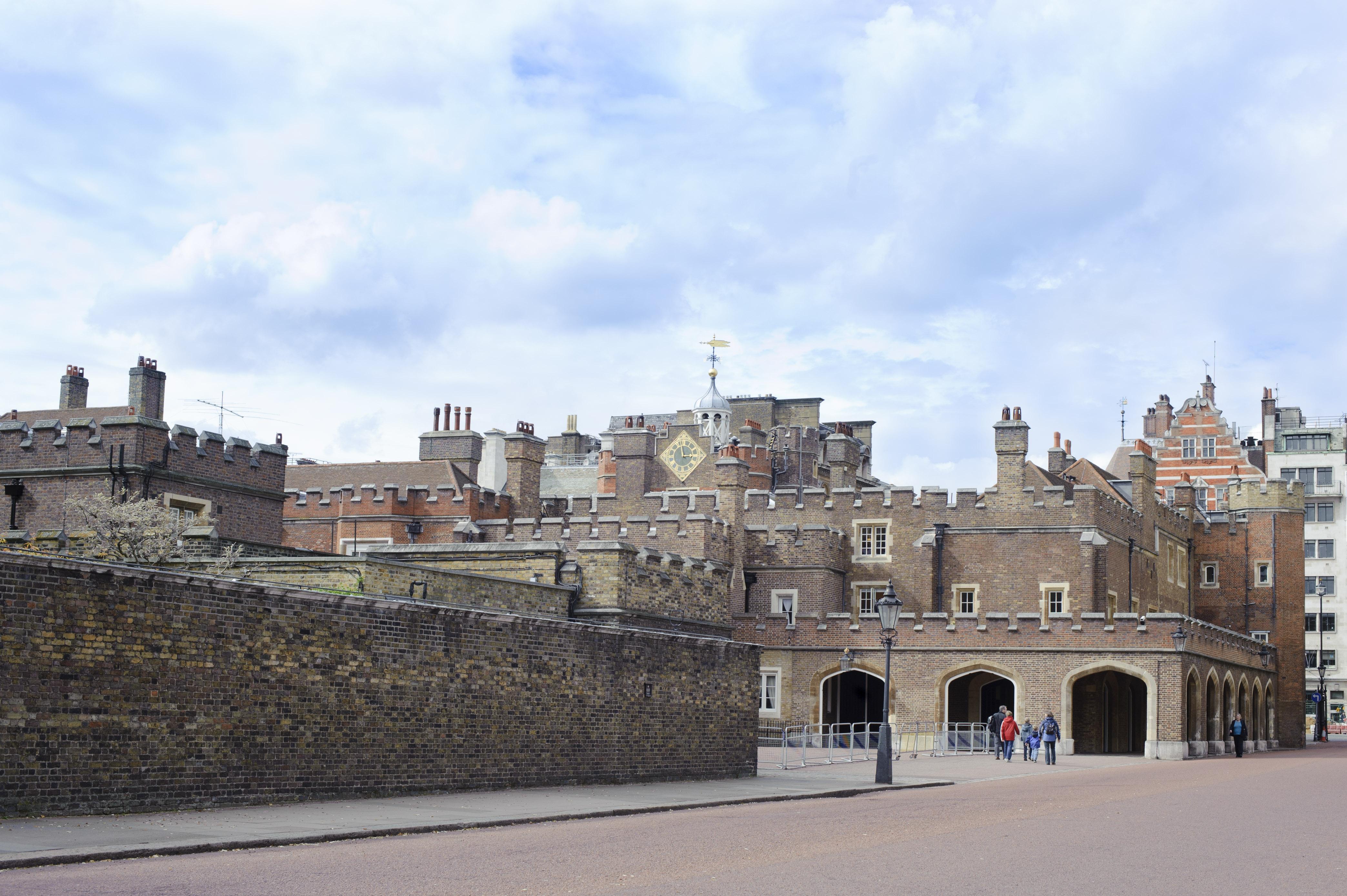 Case palazzi e castelli l 39 impero immobiliare della for Case che sembrano castelli