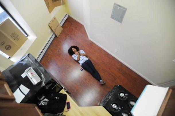 una giornalista del daily news mostra la grandezza dell'appartamento