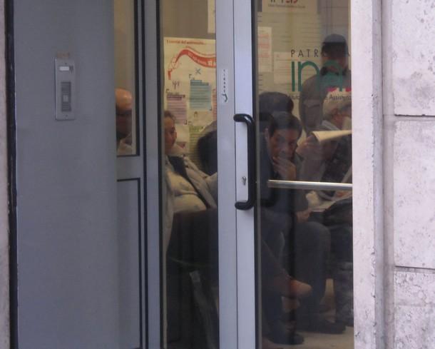contribuenti in attesa in uno dei tanti caf di roma