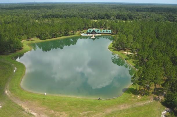 Un lussuoso ranch sulla sponda di un lago nel cuore della for Ranch a forma di l