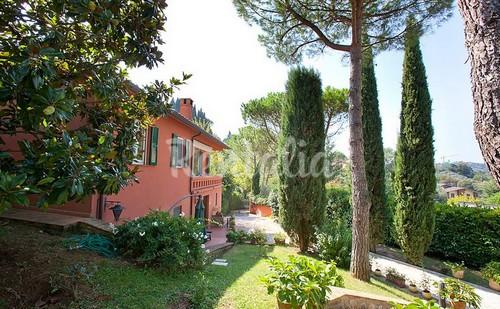 la villa si trova ad appena quindici minuti a piedi dal centro storico di perugia