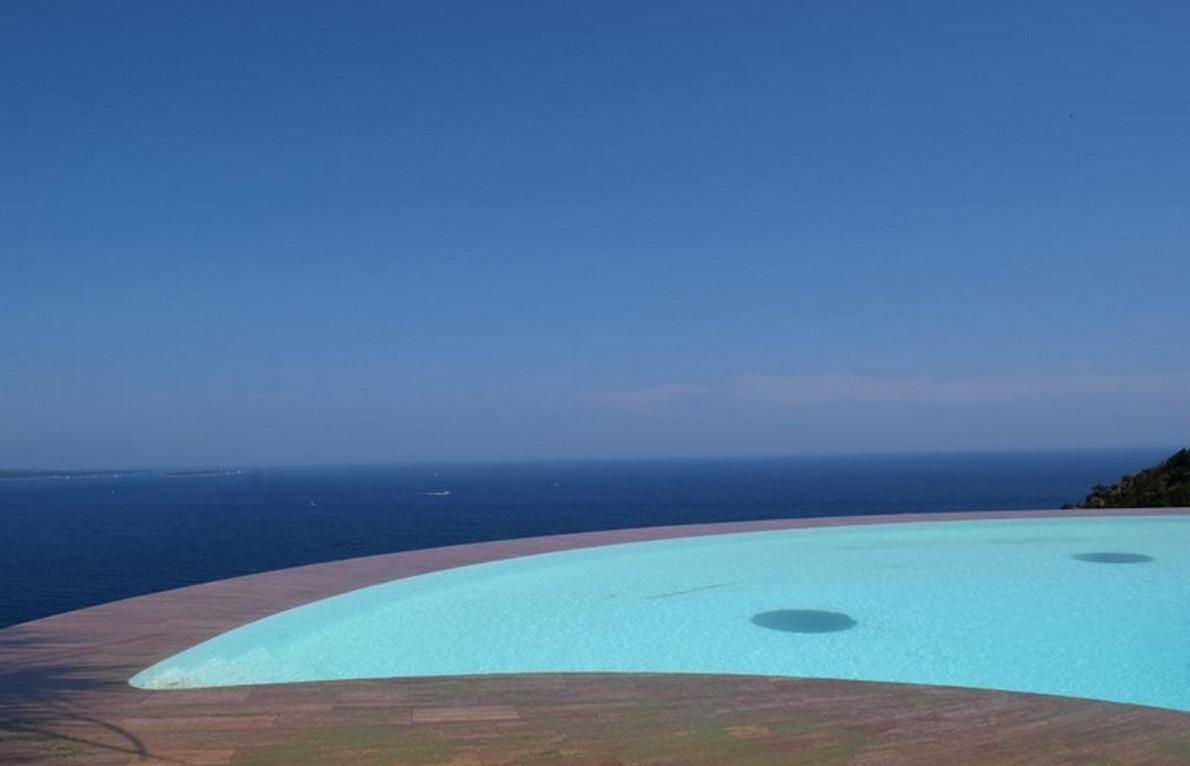 La spettacolare piscina della casa