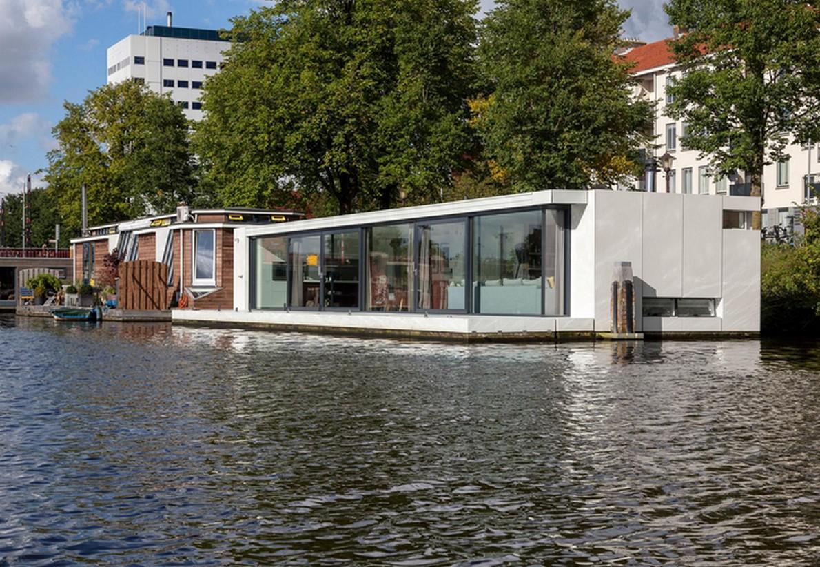 Vista della casa galleggiante sul fiume