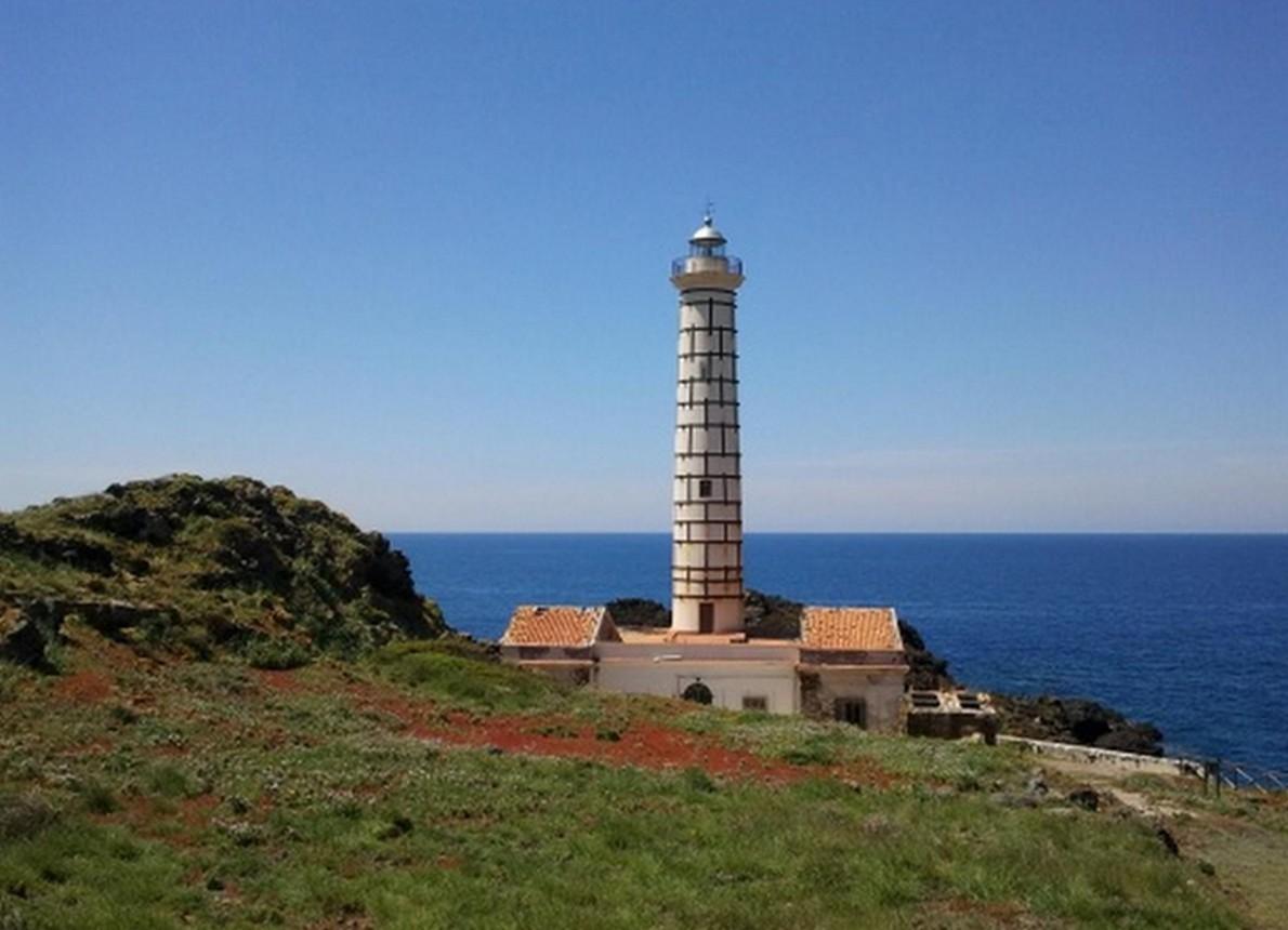 un faro sulle coste italiane