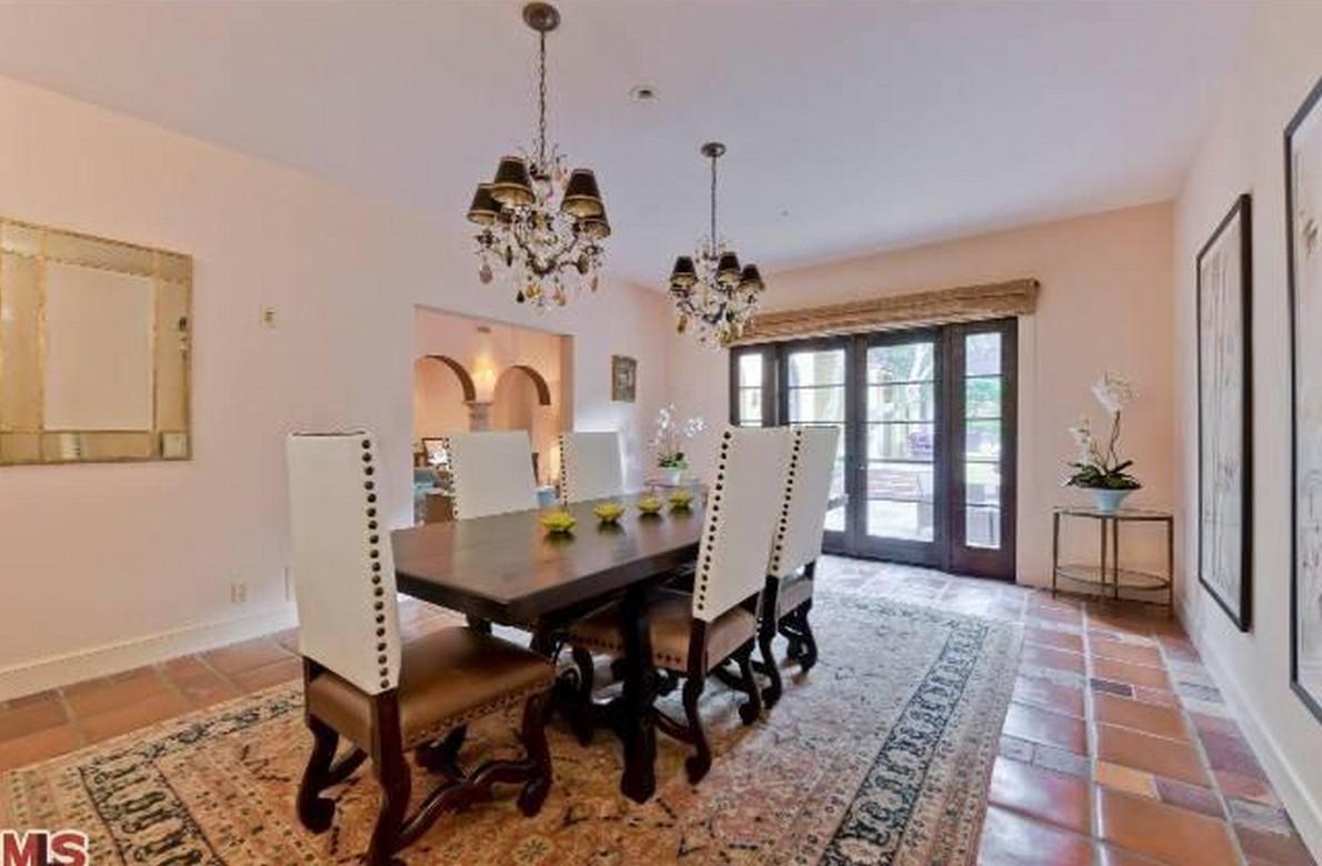 Charlie sheen vende due delle sue tre case di los angeles for Numeri di casa in stile spagnolo