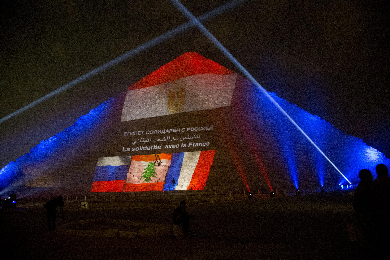 La Piramide di Giza col tricolore per gli attentati di Parigi