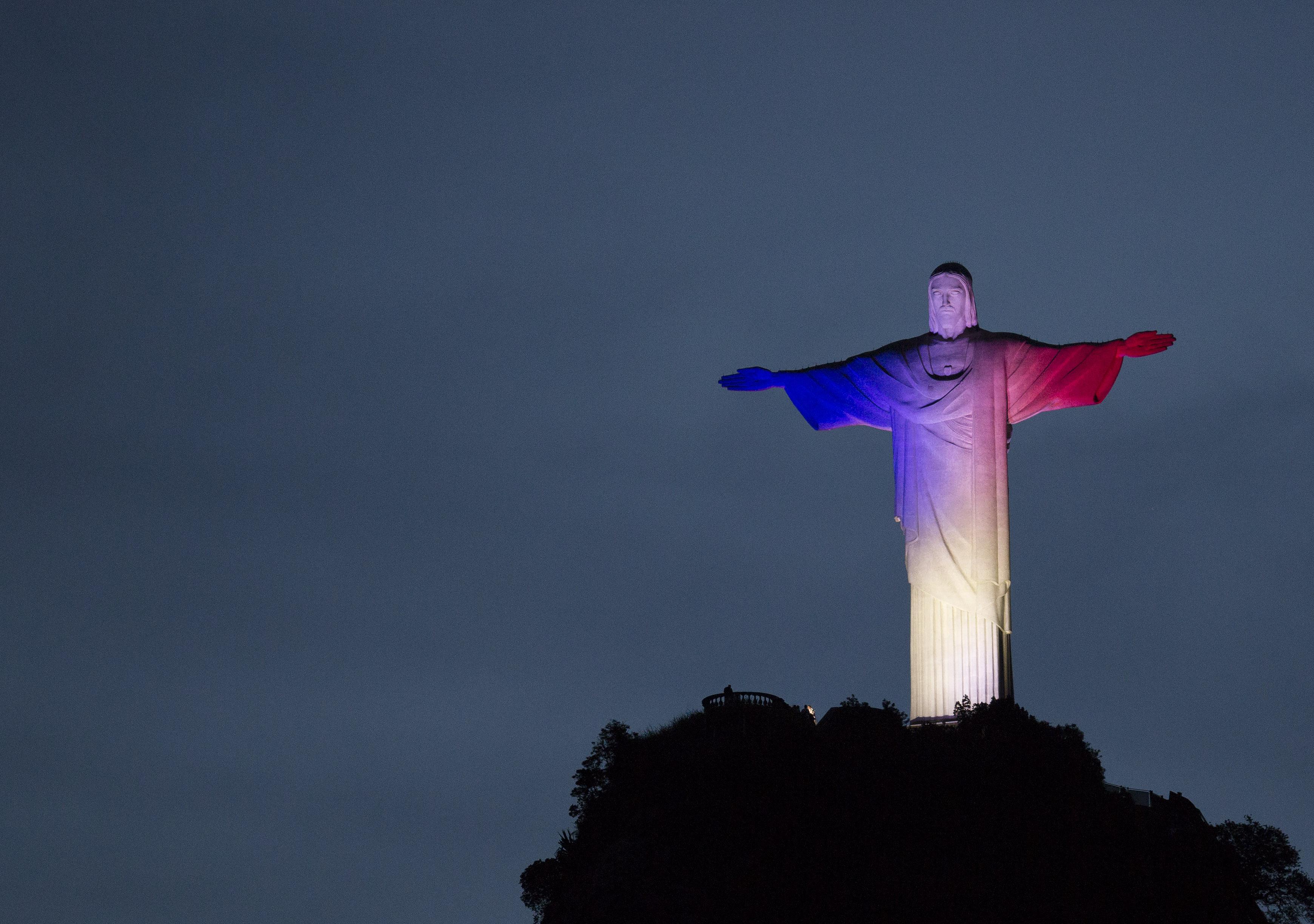 Il Cristo di Rio illuminato con i colori della bandiera francese