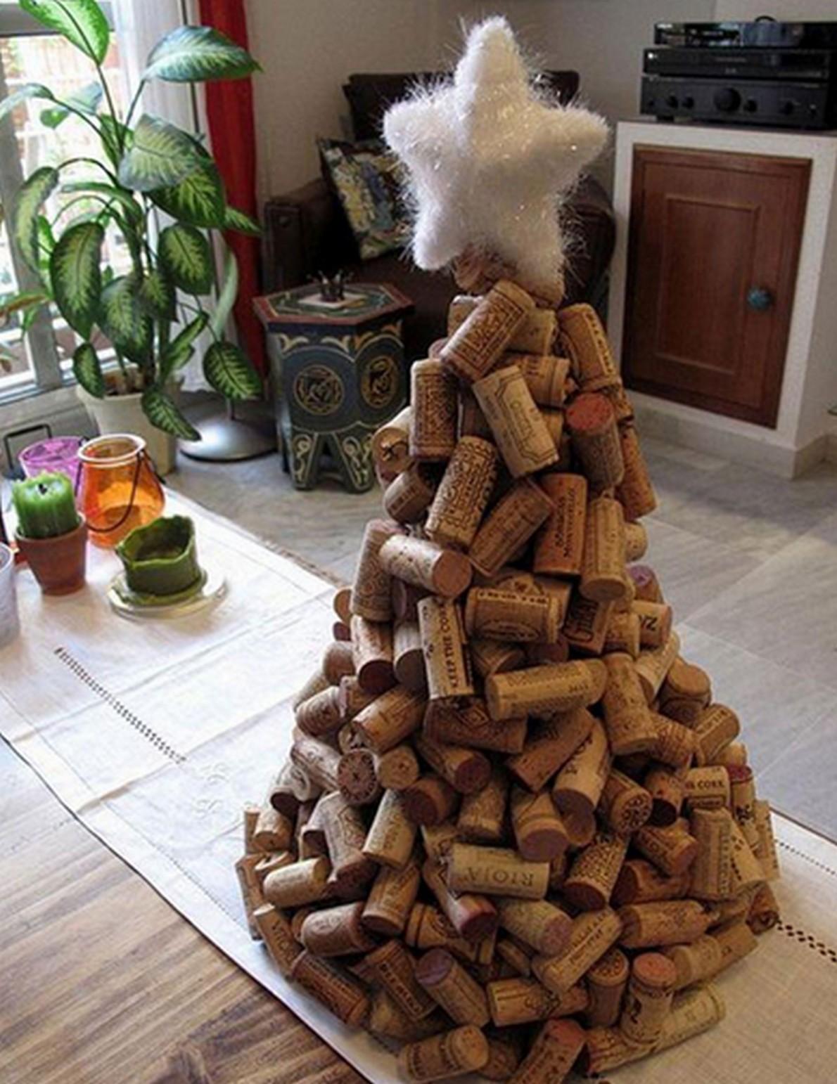 Un originale albero di Natale fatto con tappi di sughero
