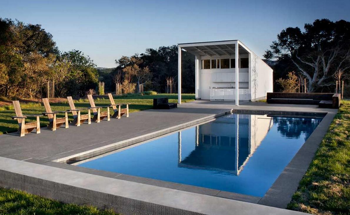 La piscina della casa in campagna
