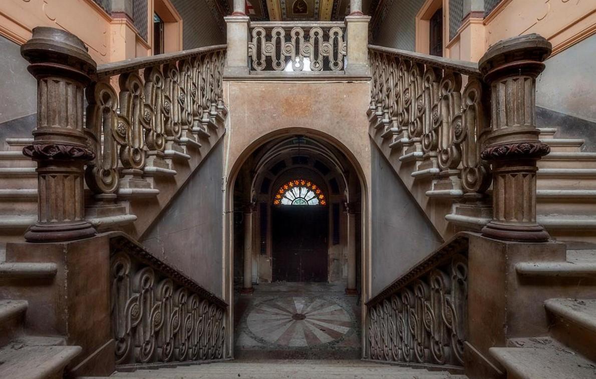 Un viaggio tra incredibili case abbandonate tra bellezza for Interni ville antiche