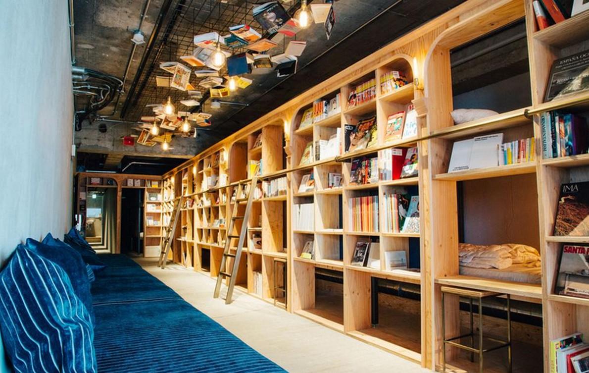 Gli scaffali pieni di libri dell'hotel