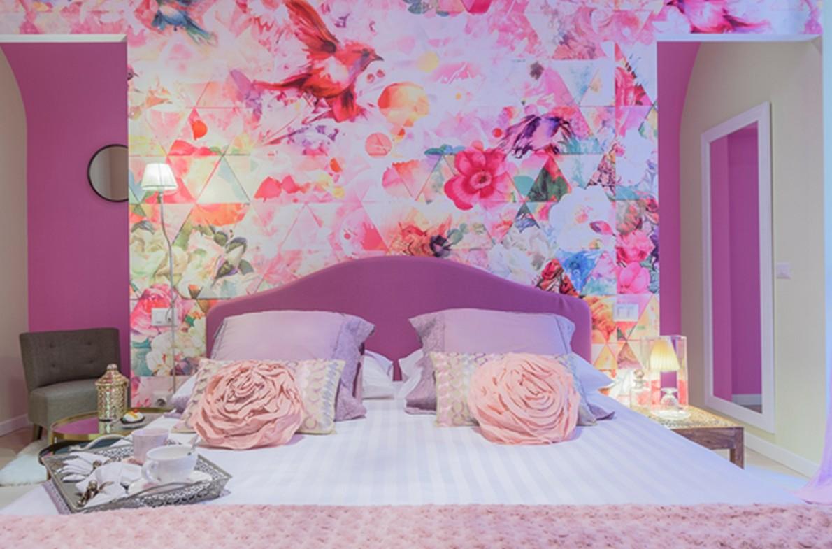 stanza da letto con motivi floreali