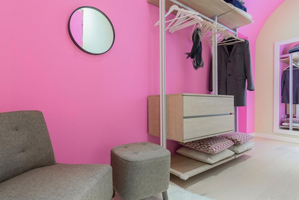 Camera da letto con cabina armadio aperta