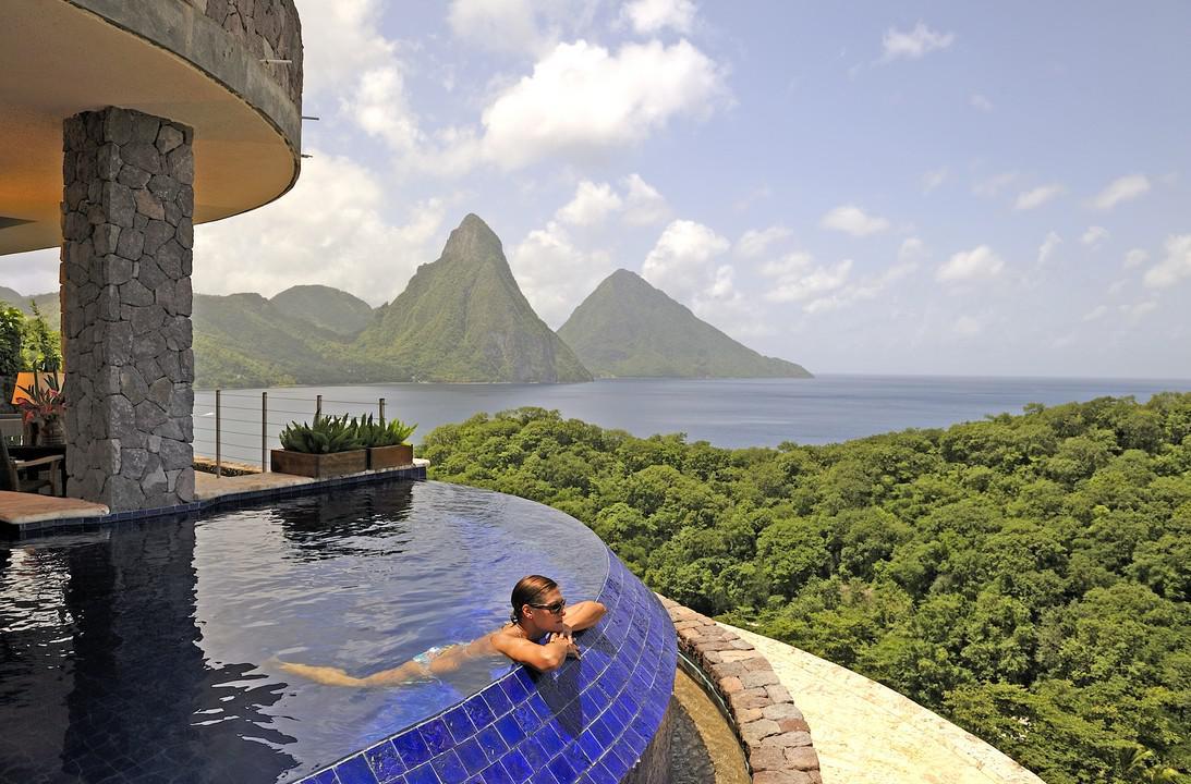 La piscina affacciata sul mare dei Caraibi