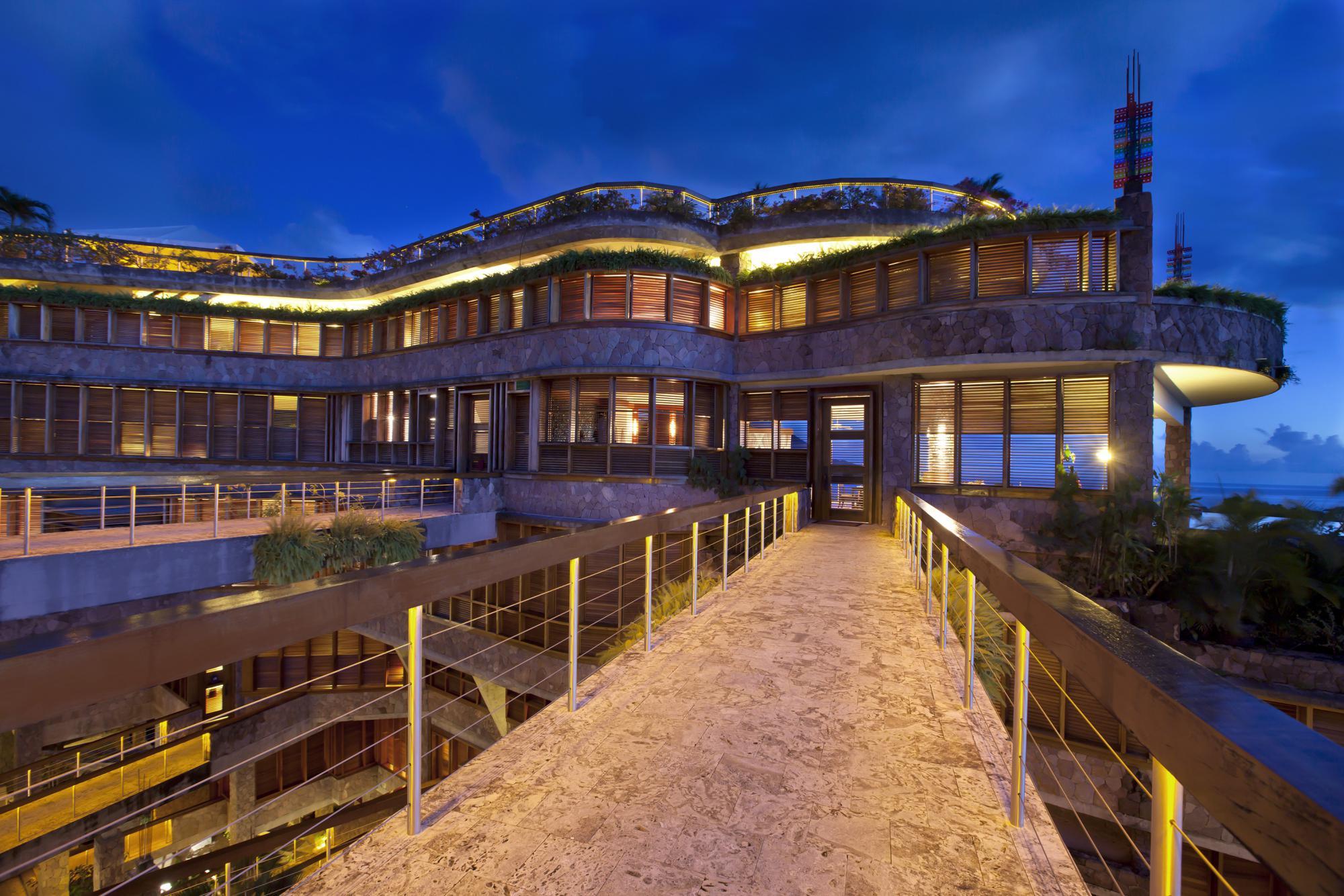 Il resort di lusso ai Caraibi illuminato di notte