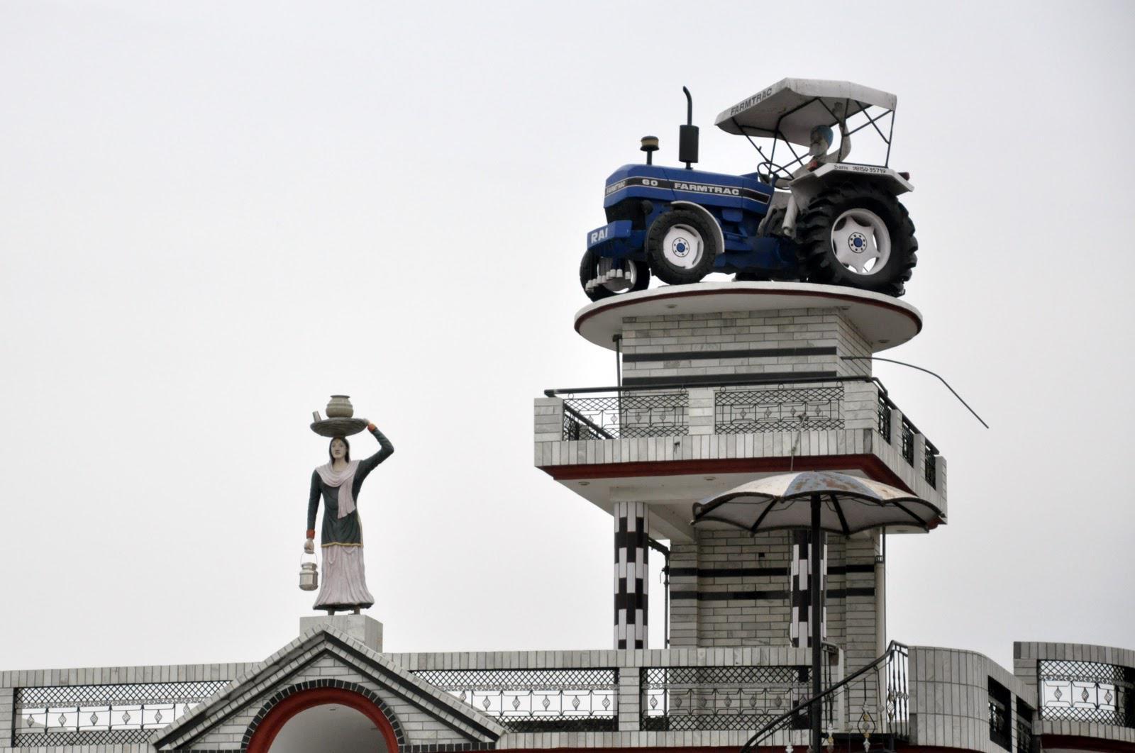 Un trattore sul tetto usato come cisterna
