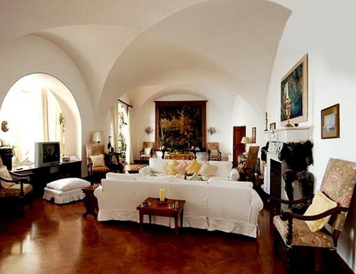 Una spettacolare fortezza in cima a una scogliera per for Gli interni delle case piu belle d italia