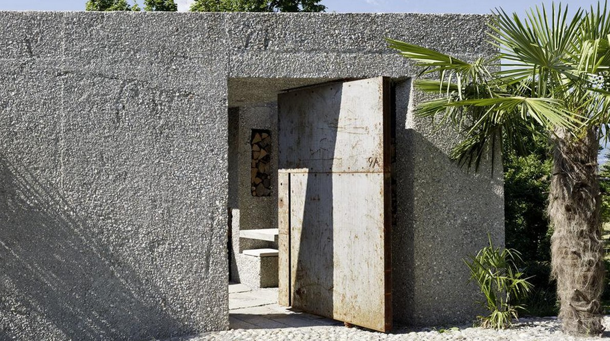 L'ingresso della casa ricavata da un bunker