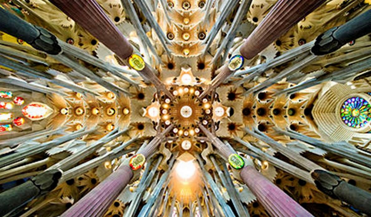 Interno della Sagrada Familia di Barcellona