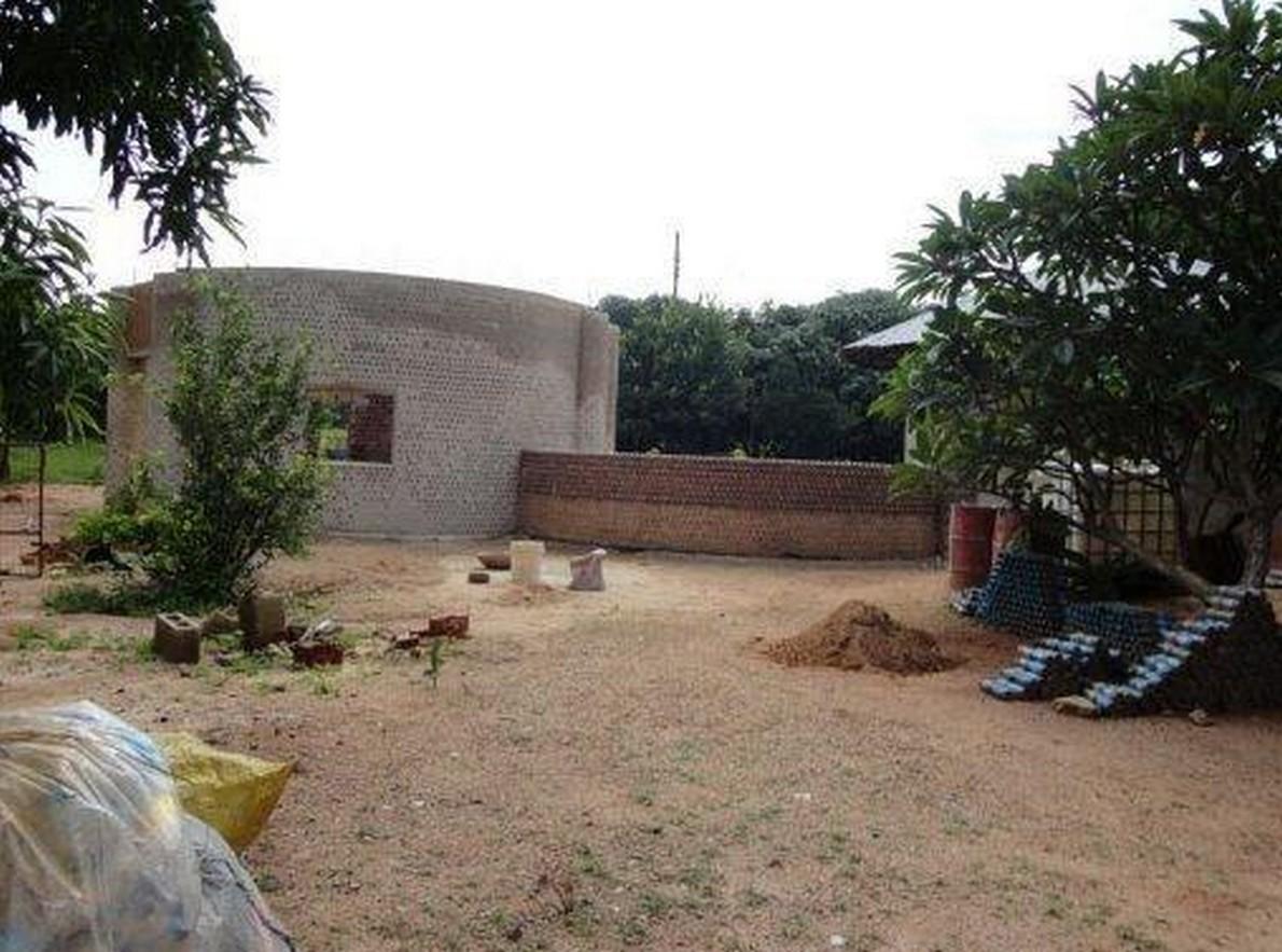 Made in nigeria ecco la prima casa al mondo fatta con for Piani di casa del vecchio mondo