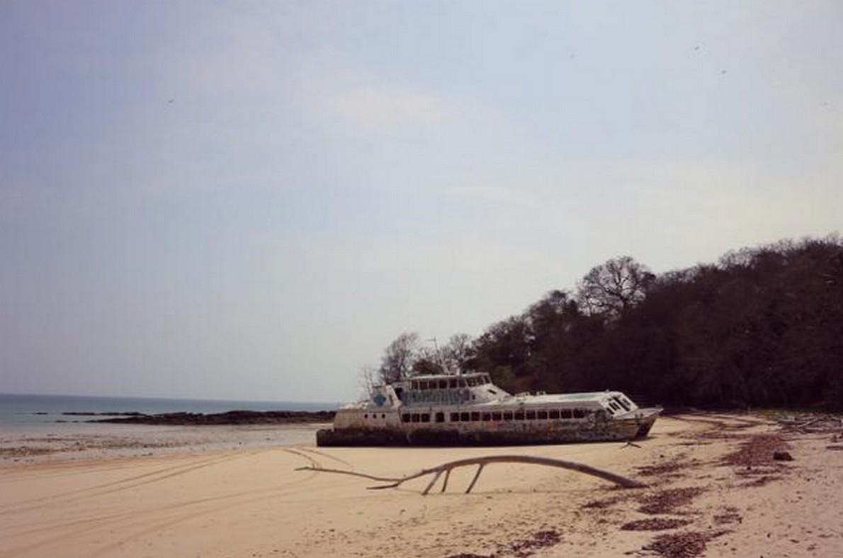 Barca abbandonata su una spiaggia a Panama