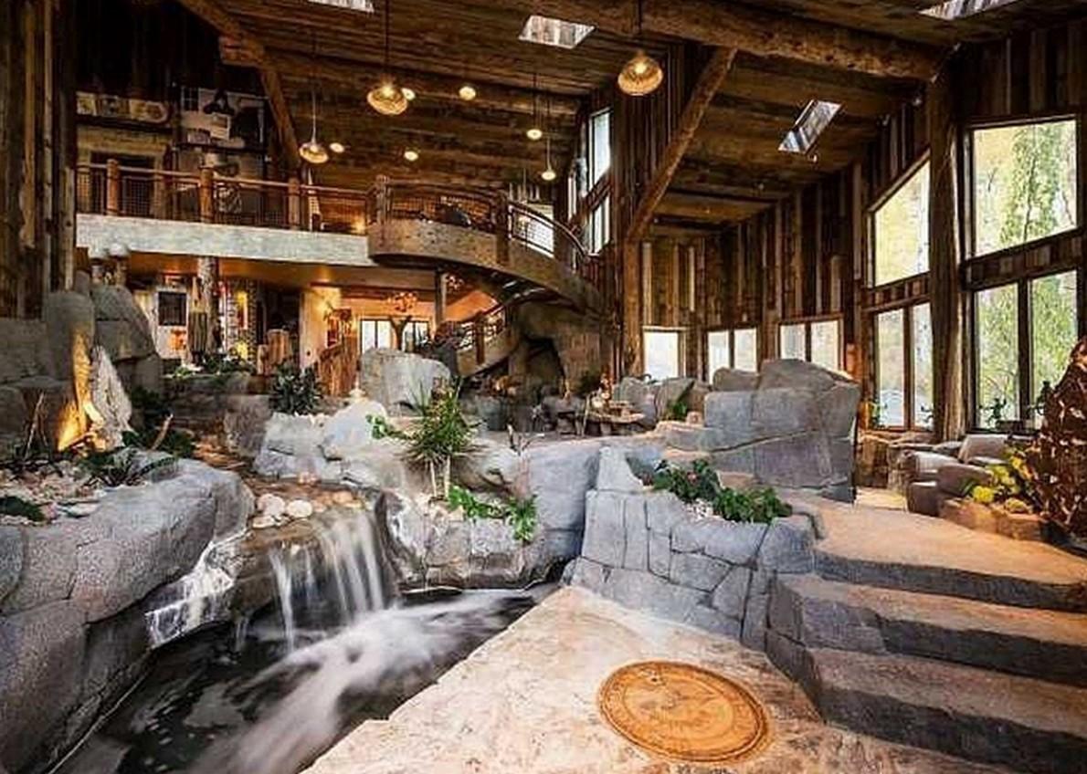 Una casa di montagna che passerebbe inosservata se non fosse per il fiume che attraversa il - Case americane con piscina ...