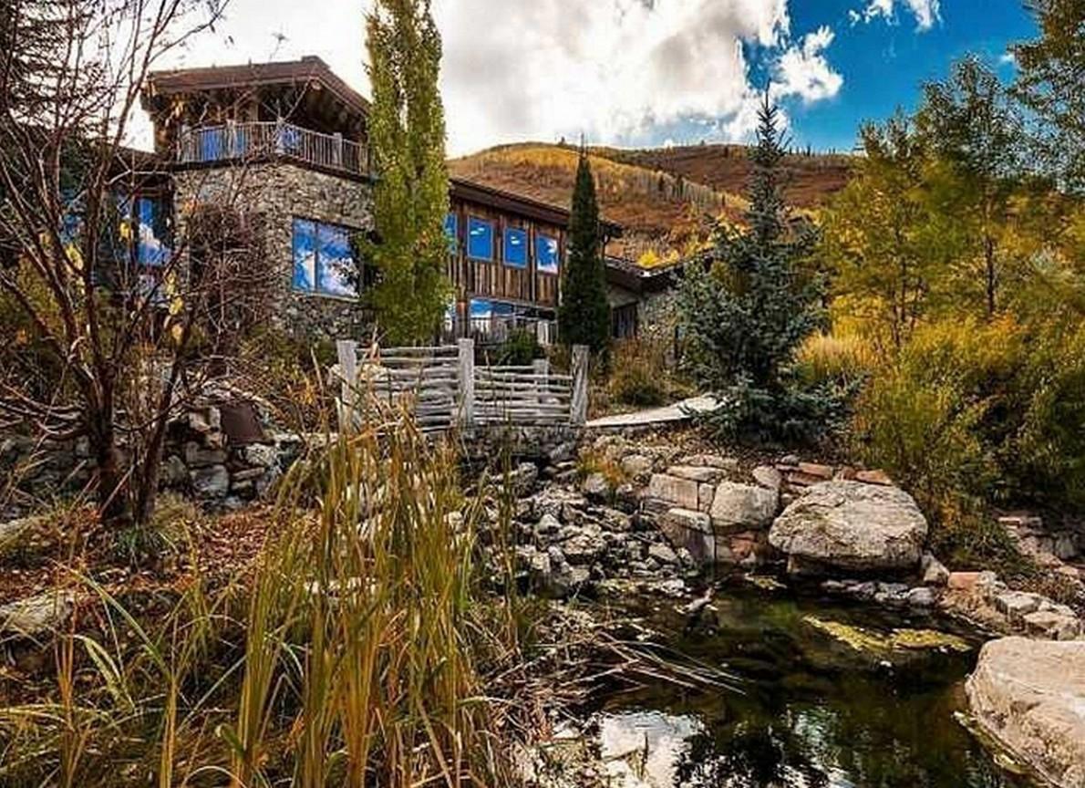 Una casa di montagna che passerebbe inosservata se non fosse per il fiume che attraversa il salone (Fotogallery)
