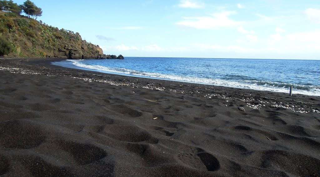 turismo e turisti La-sabbia-nera-della-spiaggia-dell-asino-a-vulcano