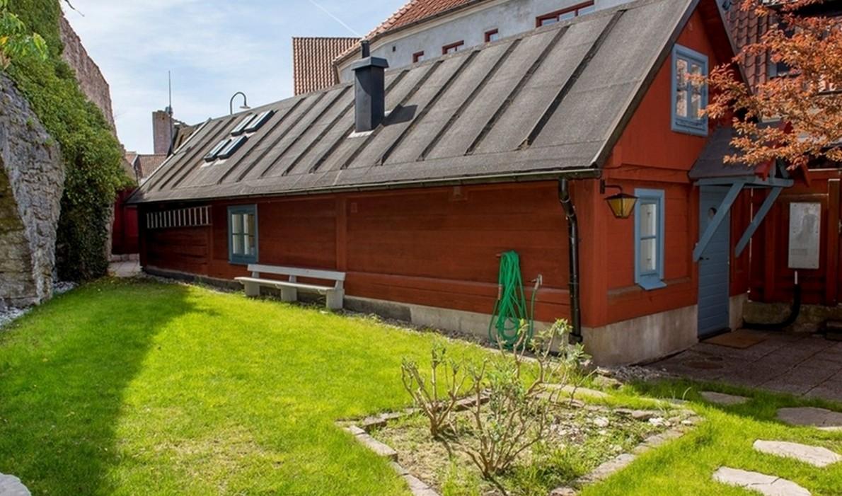 Il segreto della mini casa costruita su mura medievali for Casa costruita