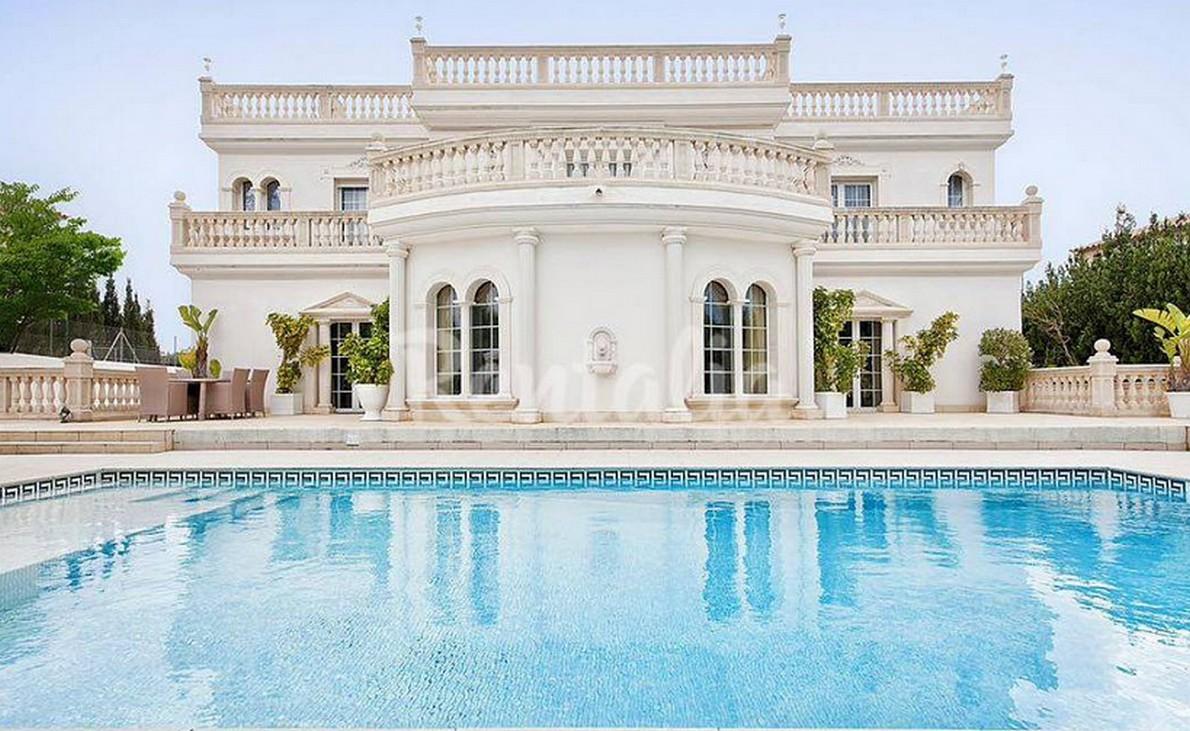 Case da sogno nella piscina tra gli alberi a guardare il for Design in stile romano