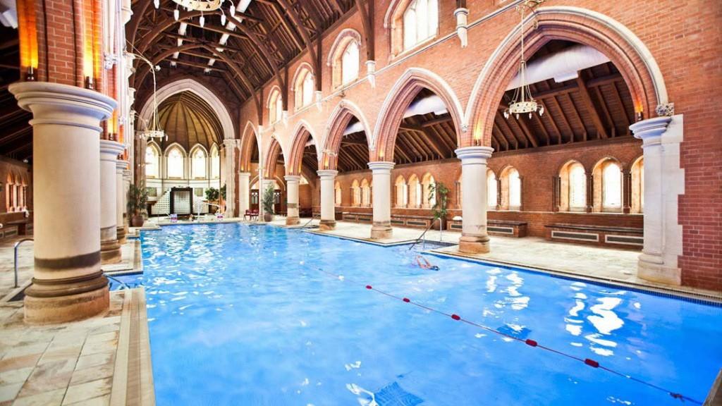 Una chiesa a londra trasformata in una palestra con una mega piscina idealista news - Palestra con piscina ...