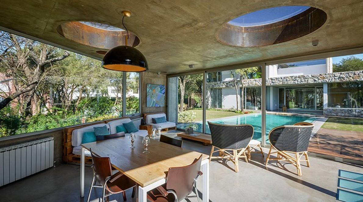 Sala da pranzo con vetrate e porte scorrevoli