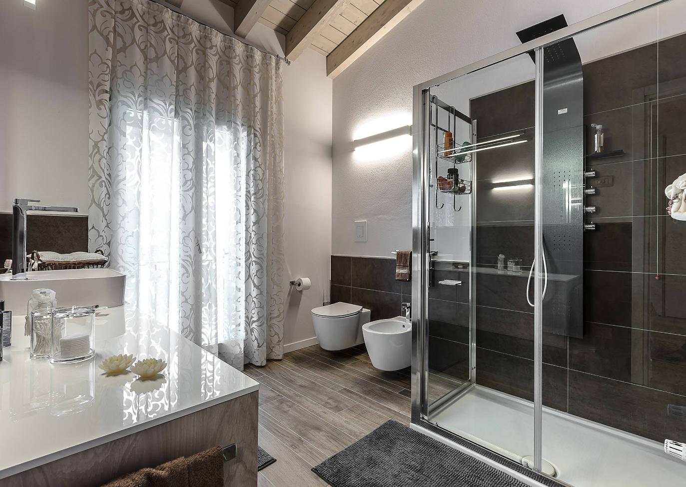 Idee piastrelle bagno moderno tf07 pineglen - Rinnovare il bagno senza rompere ...