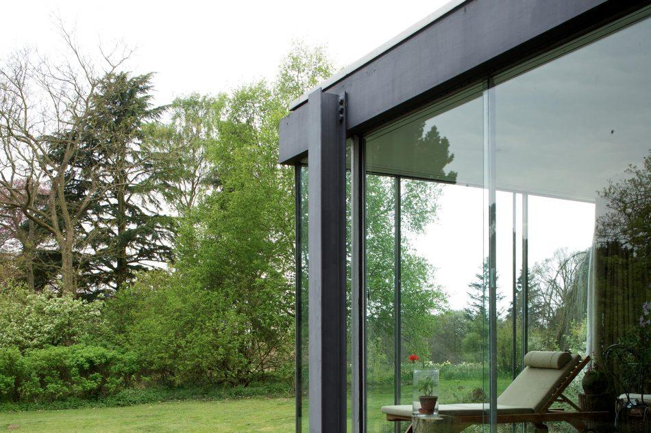 La casa è in acciaio, vetro e legno