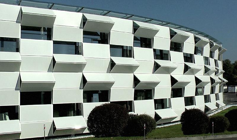 La facciata si trasforma con la luce del sole