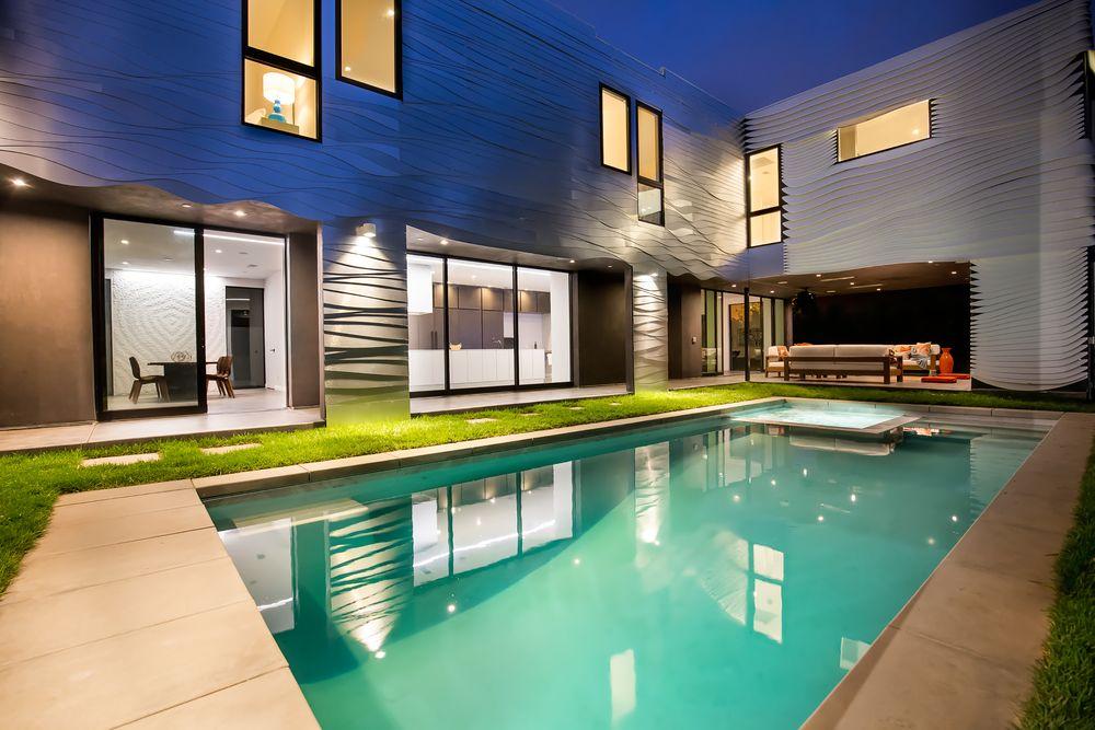 La casa si trova a Venice Beach, Los Angeles / http://la.curbed.com/2016/8/23/12595692/venice-wave-house