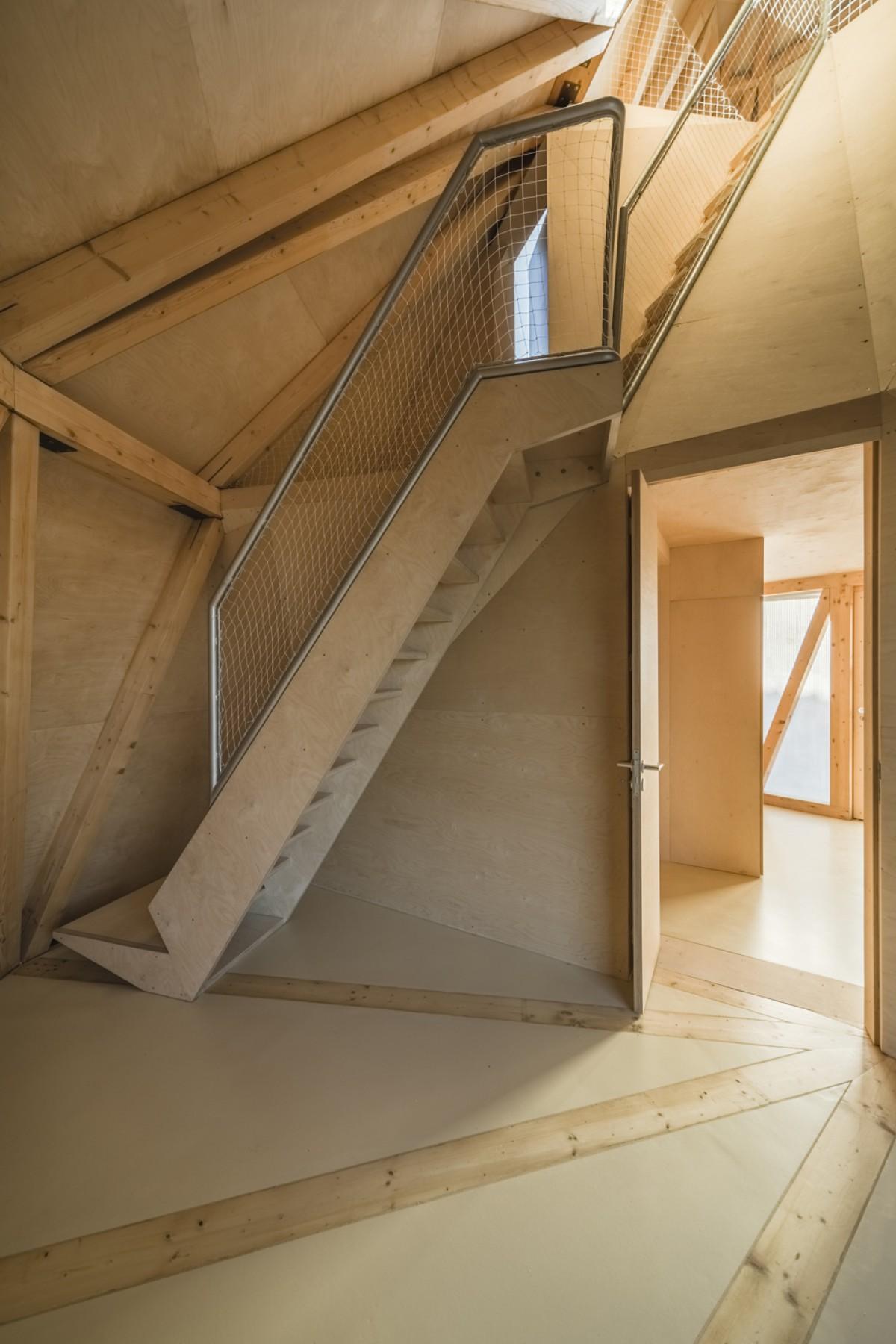 L 39 incredibile casa di tre piani che si sostiene su un for Piani di casa vivente della casa