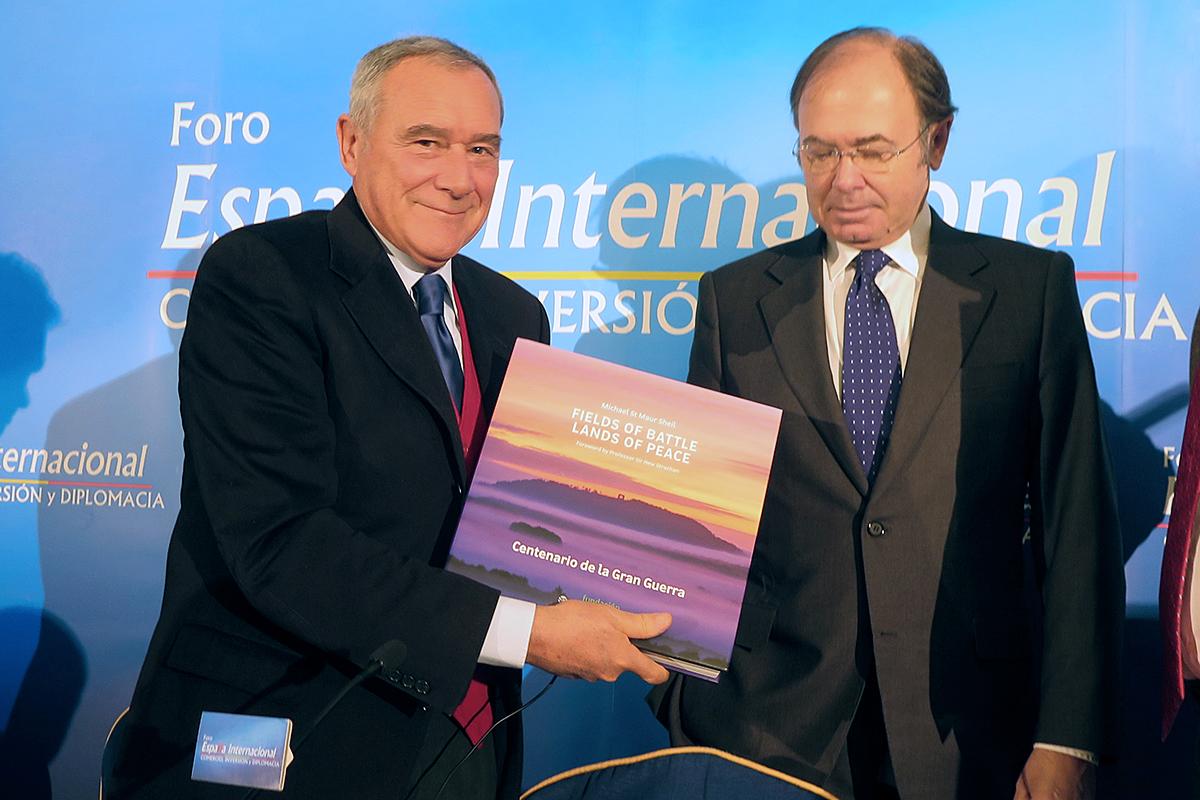 Pietro Grasso riceve un omaggio del presidente del Senato spagnolo, Pio Garcia-Escudero
