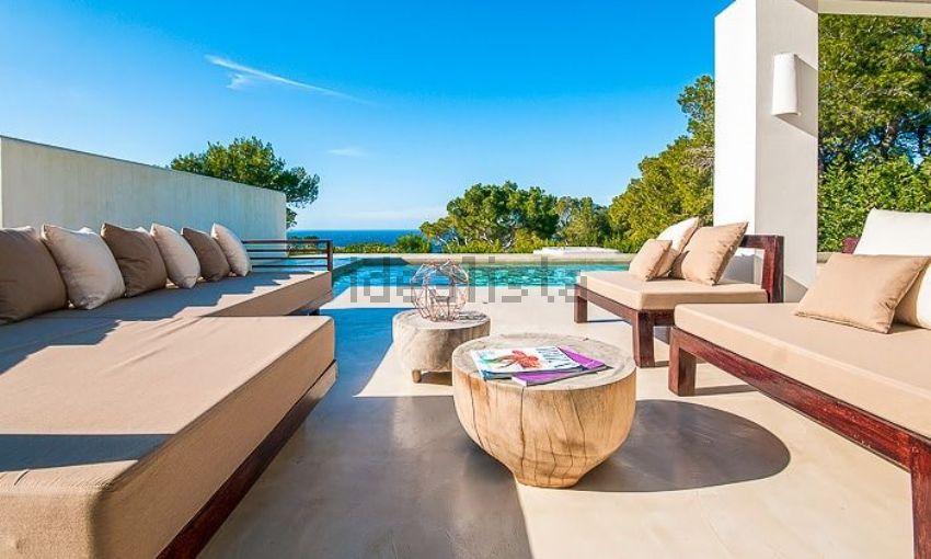 Zona relax a bordo piscina