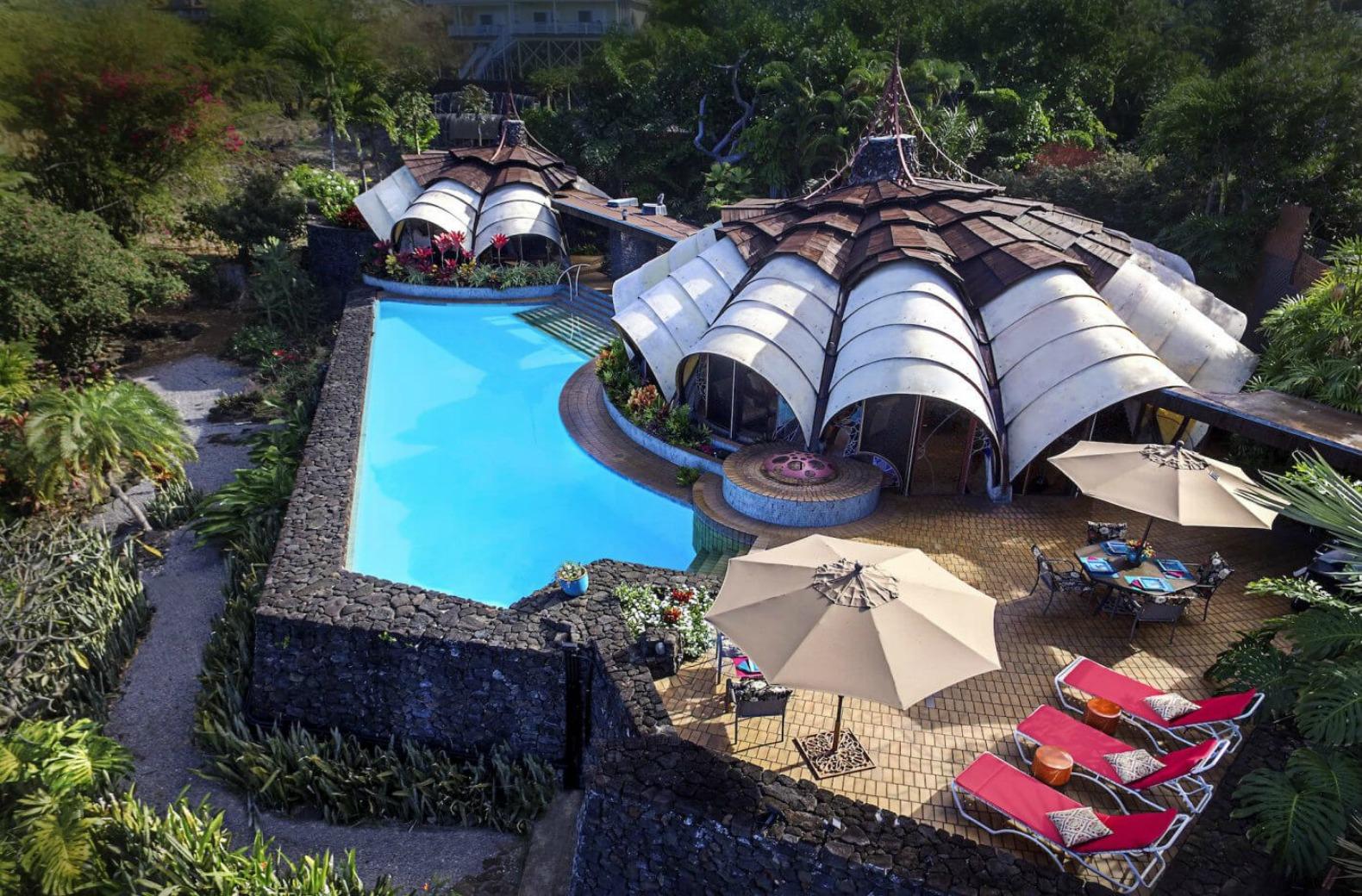 Oltre a vari saloni, giardini tropicali e una spettacolare piscina / Onion House