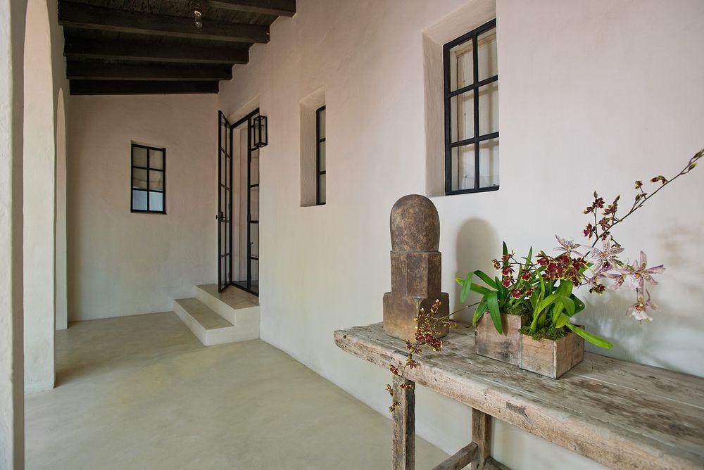 La lussuosa villa dispone di cinque camere da letto, sette bagni, due garage e un molo / Architectural Digest