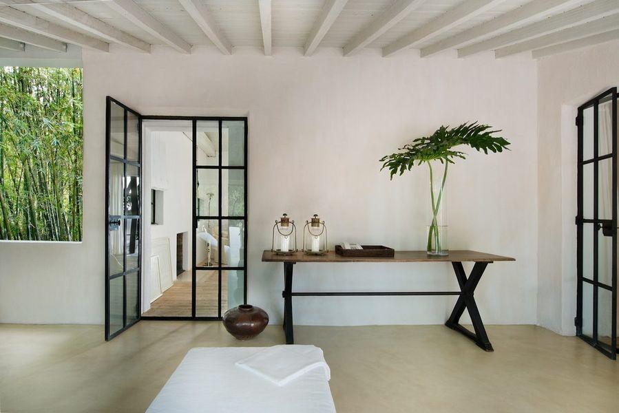 Gran parte dei mobili e dei pezzi di antiquariato sono stati scelti dal designer Axel Vervoordt / Architectural Digest