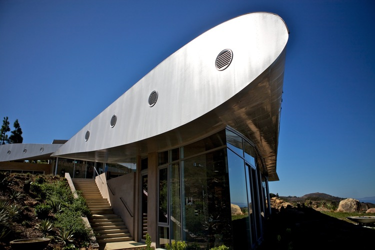 La casa si trova a Malibù, sulla costa californiana / Wing House. David Hertz EAIA