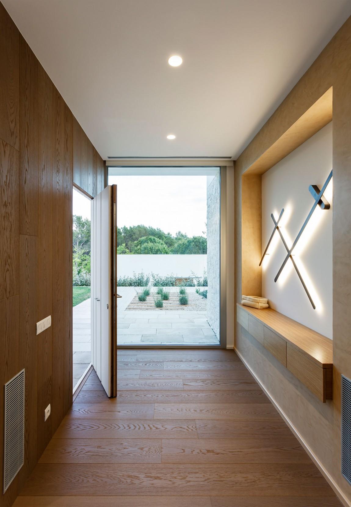 La villa è suddivisa su due piani / Marcela Grassi
