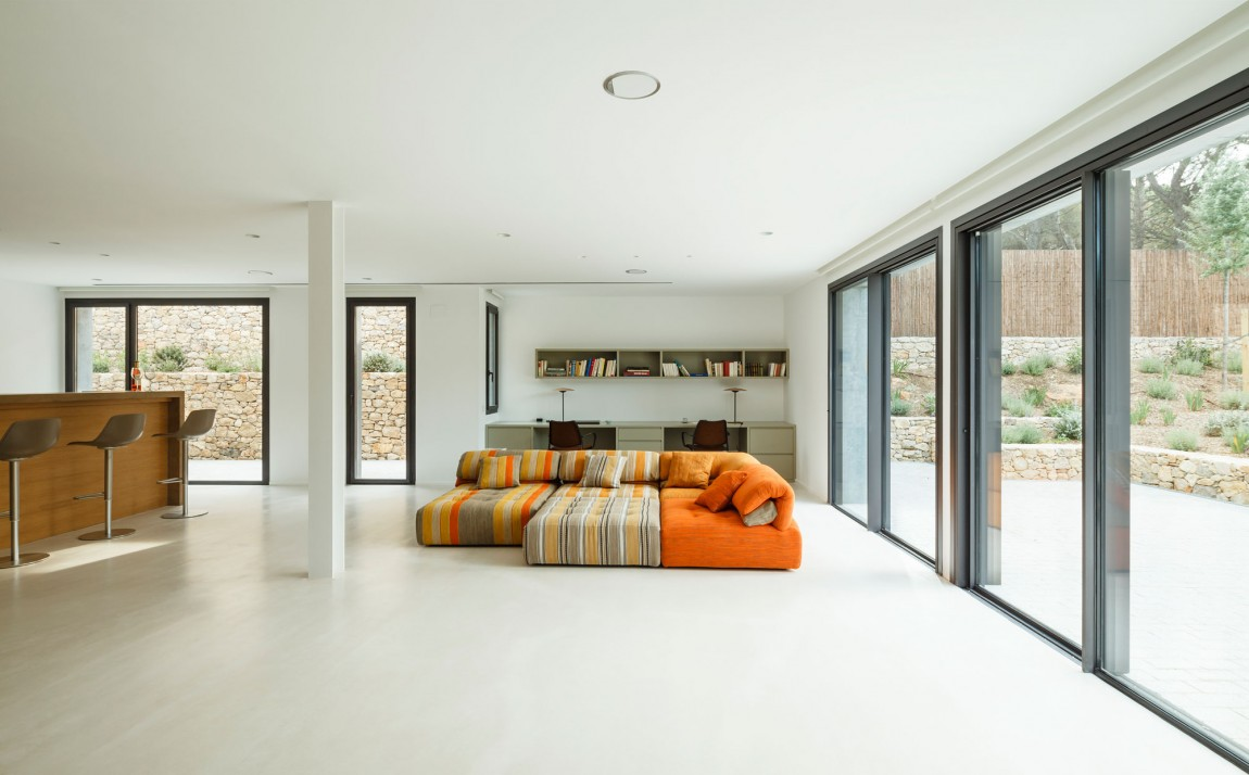 Al piano superiore ci sono il soggiorno, la sala da pranzo e un bagno per gli ospiti / Marcela Grassi